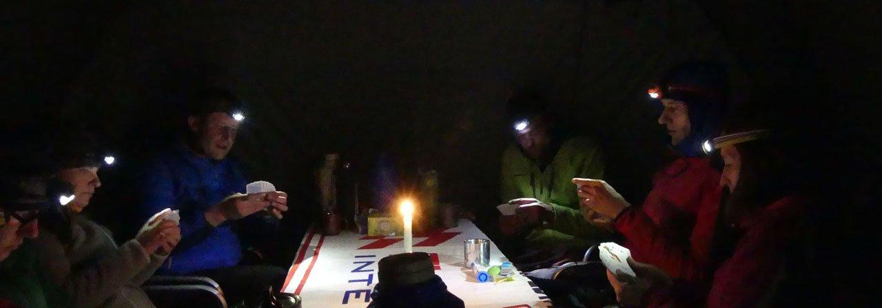 Kartenspiel bei Kerzenlicht